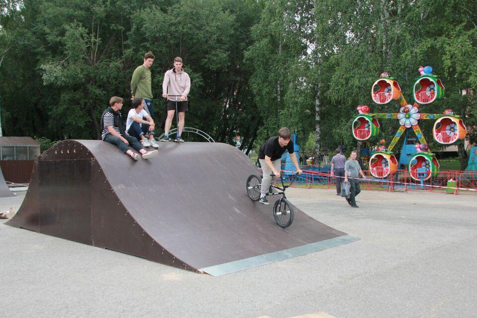 В Октябрьском районе завершается установка скейтпарка у «Авангарда»