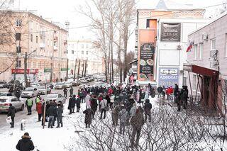 Томичи устроили акцию в поддержку Ивана Кляйна у здания суда: мэр доставлен на заседание. Прямая трансляция