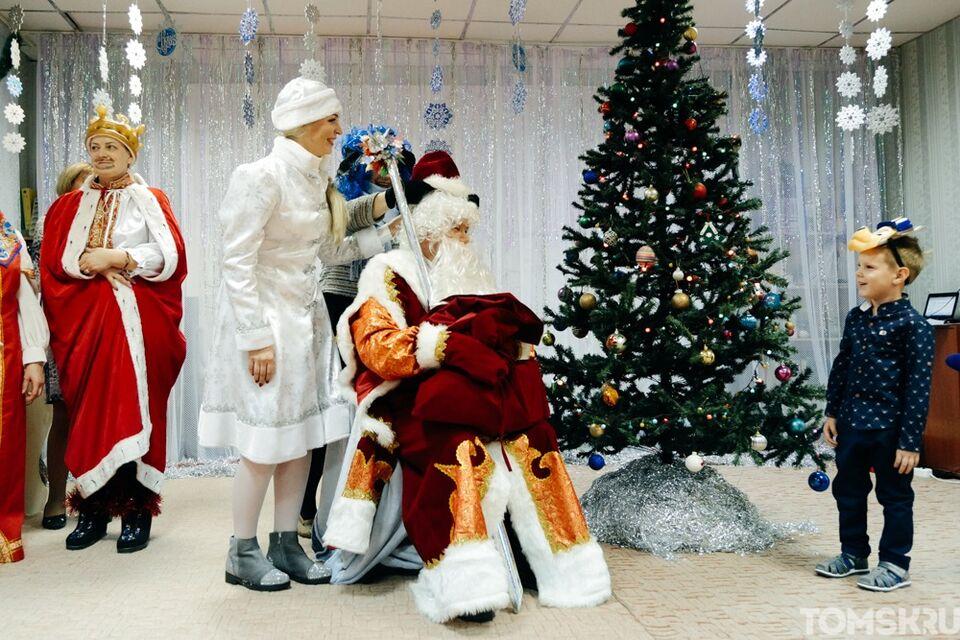 В  школах и детсадах региона разрешили проводить новогодние елки