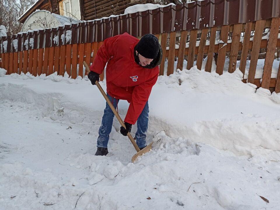 И снег убрать, и книги увезти: как активисты помогают одиноким пенсионерам