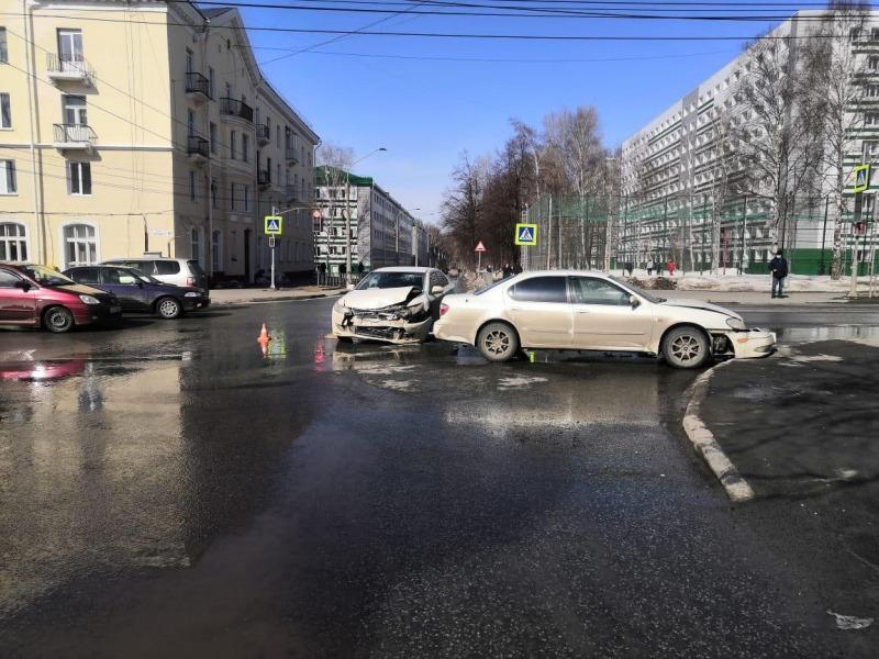 Водитель и пассажир иномарки попали в больницу после столкновения легковушек в Томске