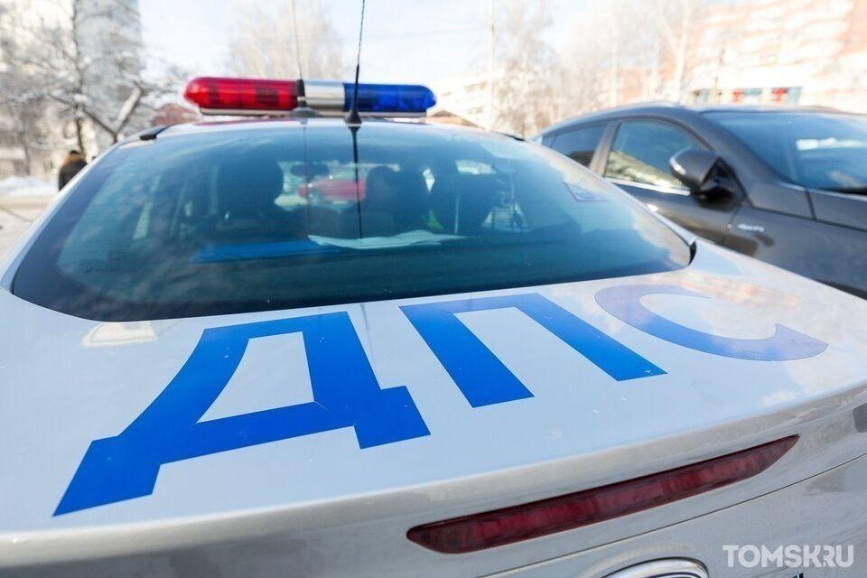Автокран перевернулся на кольце в Томске