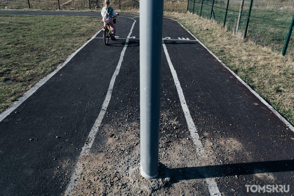 «Дети, бейтесь на здоровье»: жители Степановки возмущены столбами на середине беговой дорожки школьного стадиона