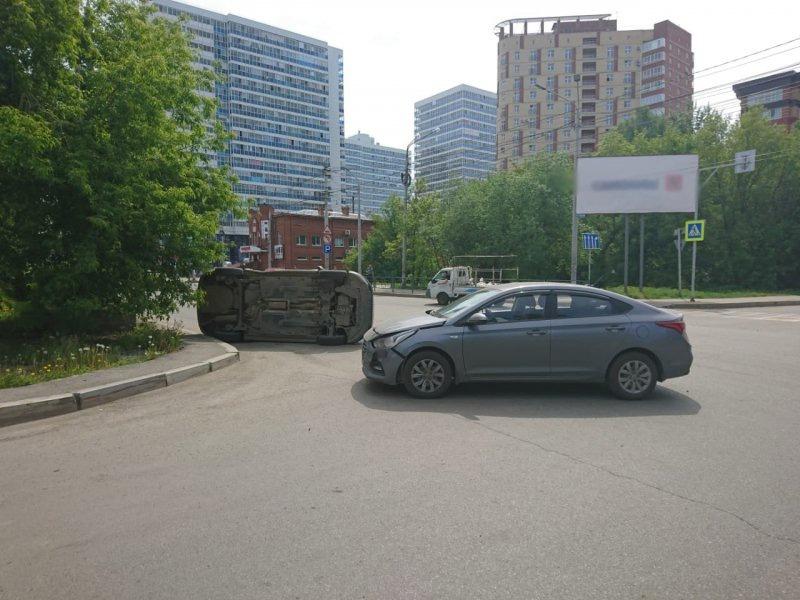 Volkswagen перевернулся после столкновения с легковушкой в Томске