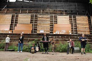 Тишина, перформансы и баян: как томские музыканты привлекают внимание к деревянной архитектуре?