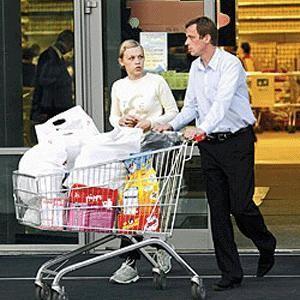 Расходы горожан в стране на товары повседневного спроса выросли на 25%, а в Москве - на 40%. При этом столичные жители не думают отказываться от привычных благ. В условиях кризиса многие предпочитают заказывать туры на Новый год заранее.