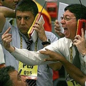 Украинская фондовая биржа ПФТС приостановила торги 8 октября за пять минут до открытия основной торговой сессии. Сегодня российская биржа также не работает. Торги на ММВБ были остановлены до 10 октября 2008 года.