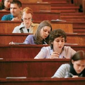 Мировой финансовый кризис затронул студентов. Несколько сотен первокурсников ведущих вузов страны - Московского и Санкт-Петербургского университетов, МГИМО, Бауманского университета - могут быть отчислены из-за проблем с кредитованием.