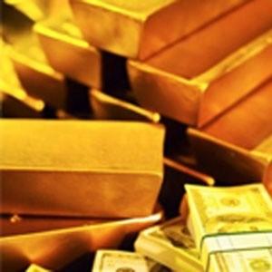 """Цена на золото, являющегося в ходе текущего кредитного кризиса """"тихой гаванью"""" для инвесторов, неожиданно обрушилась по итогам торгов на бирже NYMEX на 34,5 доллара до 804,5 доллара за унцию. Причиной стала паническая распродажа металла хедж-фондами, покрывающими вырученными средствами потери на других рынках. Стоимость золота снизилась до месячного минимума."""
