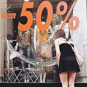 Если сегодня, по данным социологов, каждый третий россиянин обновляет гардероб чаще, чем раз в три месяца, то завтра всё может измениться. Цены снижаться не будут, поэтому финансовый кризис может сместить покупательские предпочтения. Многие потребители перейдут на более низкую ценовую категорию одежды.