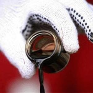 """""""ЛУКОЙЛ"""" продолжает плановое снижение розничных цен на нефтепродукты, начатое в августе-сентябре текущего года. В ближайшее время во всех регионах деятельности ЛУКОЙЛа в России цены будут постепенно снижены в среднем еще на 3-8%."""