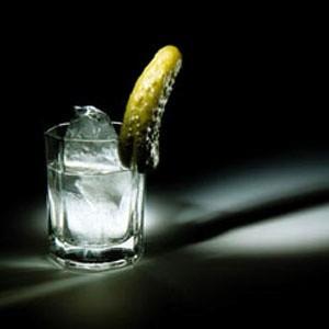 """Пока власти пытаются регулировать цены на бензин и продукты питания, производители и продавцы водки сами снижают цены на свою продукцию. Так, компания Recolte, продавец самой дорогой водки в России вместо водки ценой более 1000 руб. за 1 л планирует производить дешевую """"Антикризисную""""."""