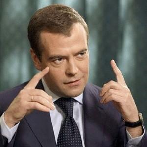 """Дмитрий Медведев не стал снимать свои сбережения, переводить их в доллары или покупать акции. """"Все свои счета в банках я сохранил"""", - заявил президент России."""