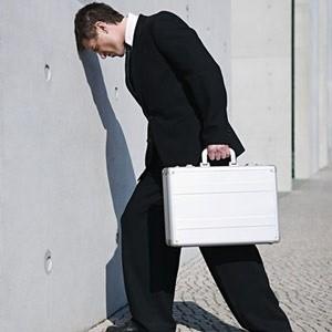 """Существует мнение, что работать в банке - наиболее престижно и прибыльно. Наступивший кризис доказывает обратное. Больше всех пострадали сотрудники финансовой сферы. """"Досталось"""" так же пиарщикам, рекламщикам и многим другим. Так кем же выгодно работать в условиях кризиса?"""