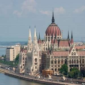 Венгрия, вслед за Украиной и Исландией, получила ссуду от Международного валютного фонда, ЕС и World bank.  При этом сумма кредита значительно выше предложенной несколькими днями ранее Украине.