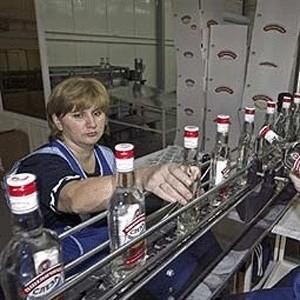 Правительство Украины установило минимальные цены на алкоголь. В соответствии с постановлением кабинета министров, в расчете за литр стопроцентного спирта этот показатель составляет 58,33 гривны / около $9,7 (оптовая цена) и 70 гривен / около $11,7 (розничная цена).