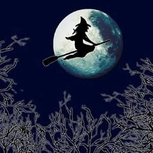 Тыквы - непременных атрибутов приближающегося праздника Хеллоуин, отмечаемого в ночь с 31 октября на 1 ноября, можно купить на большинстве продовольственных рынков в Москве.