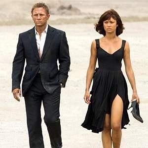 """Новая повесть киноэпопеи об агенте 007 """"Квант Милосердия"""" заработала за первый уик-энд показа в Великобритании рекордную для страны сумму - $25 млн. Тем самым предыдущий рекордсмен, Гарии Поттер, отодвинулся на второе место по сумме первых сборов."""