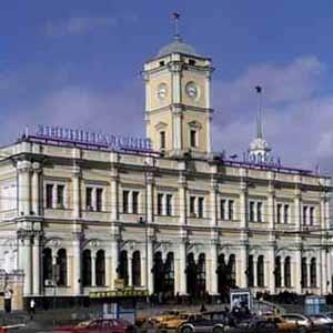 На Ленинградском вокзале Москвы началась опытная эксплуатация продажи проездных документов на поезда дальнего следования через транзакционный терминал самообслуживания на базе автоматизированного киоска. До конца 2008 года планируется установить на крупнейших вокзалах России 45 таких терминалов.