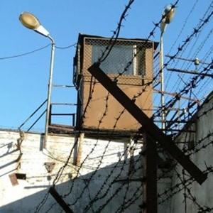 Комитет Госдумы по безопасности подготовил проект поправок в УПК РФ, предлагая расширить возможность использования альтернативных видов наказания. Благодаря этим поправкам из мест лишения свободы может освободиться примерно треть заключенных.
