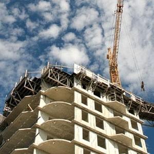 Цены на жилье в новостройках Петербурга могут упасть к середине 2009 года на 20 - 40% - до 60 - 80 тысяч рублей за квадратный метр, в зависимости от глубины проявлений в России последствий мирового финансового кризиса.