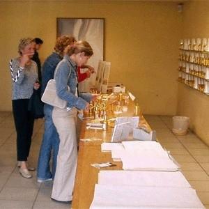 Кризис продолжает влиять на привычки богатых россиян. Торговцы дорогим бельем и косметикой с тревогой ожидают резкое падение продаж.