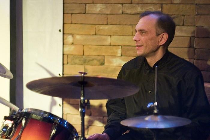 Барабаны добавляют динамику в джазовую музыку