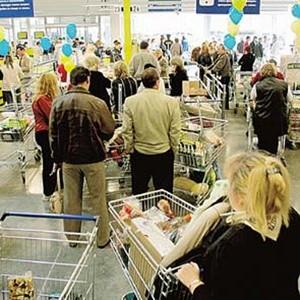"""Сегодня в США начинается сезон традиционных предпраздничных распродаж - """"черная пятница"""". Любителей шопинга ждут невиданные скидки до 75%. Впрочем, распродажи американские магазины начали задолго до начала сезона, пытаясь таким образом привлечь покупателей, ставших слишком экономными из-за кризиса."""