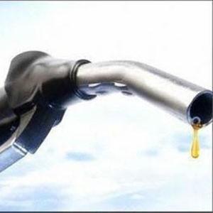 Бензин марки Аи-95 в России должен стоить около 19 рублей за литр. Об этом заявил глава Федеральной антимонопольной службы (ФАС) Игорь Артемьев. Он сообщил, что если нефтяные компании не опустят цены на топливо до этого уровня, им грозят новые преследования ФАС.