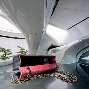 Кризис мировой экономики коснулся высокой моды. Модный дом Chanel из-за финансовых трудностей был вынужден прекратить перемещения по миру мобильной выставки Chanel Mobile Art, в которой принимали участие художники разных стран.