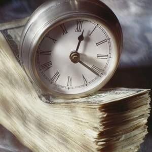 Банк России в понедельник вдвое снизил лимит предоставления средств на утреннем аукционе РЕПО по сравнению воскресеньем (11 января) - до 200 миллиардов рублей с 400 миллиардов рублей, свидетельствуют данные регулятора.
