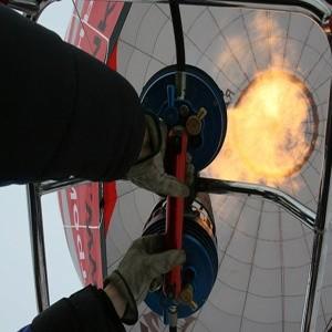 """Не полетать ли нам послезавтра на воздушном шаре?"""" - неожиданно огорошил меня вечерним телефонным звонком в среду, 7 января 2009 года, Леонид Тюхтяев, трехкратный рекордсмен страны по воздухоплаванию и мировой рекордсмен по дальности полета на дирижабле. Словами """"И жену бери"""" он добил меня окончательно. Я посмотрел прогноз: погода будет."""
