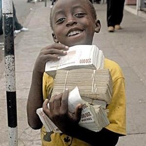 """Центробанк Зимбабве введет в обращение банкноту номиналом 100 трлн национальных долларов, стоимость которой на """"черном рынке"""" примерно равна $33, чтобы избежать дефицита наличных денег."""