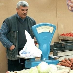 Правительство России приняло решение обнулить на 2009 год долю иностранных работников, используемых хозяйствующими субъектами, в сфере розничной торговли алкогольными напитками, фармацевтическими товарами, а также в палатках и на рынках и в прочей розничной торговле вне магазинов.