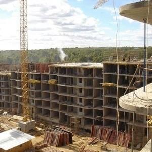 Рынок российской недвижимости замер. Строительные компании, еще недавно вводившие сотни тысяч квадратных метров жилья и заявлявшие о планах по реализации новых крупных проектов, сворачивают работу на площадках и проводят сокращения численности работников.