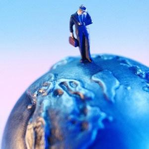 Российские компании не должны из-за кризиса отказываться от зарубежной экспансии, им необходимо использовать возможности покупки дешевеющих активов в других странах, прежде всего на пространстве СНГ, заявила глава Минэкономразвития Эльвира Набиуллина.