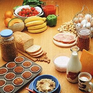 В октябре 2005 года социальный пакет четверти работающих россиян содержал бесплатное питание, в ноябре 2007 этим могли похвастаться 23% работников, а в январе 2009 года - лишь 8%. Основной удар на себя приняли поставщики бизнес-ланчей, а предприятия с собственной столовой предпочитают повышать цены, сокращать ассортимент и экономить на качестве продуктов.