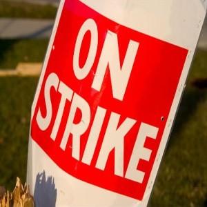Восемь крупнейших профсоюзов парализовали работу железнодорожного транспорта, аэропортов, школ. Главное требование бастующих - снижение уровня безработицы. Европейский союз оценивает уровень безработицы во Франции в 9,8% в этом году, и ожидает 10,6% процентов в следующем.