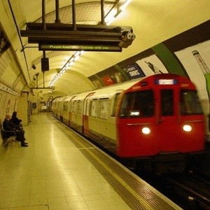 Лондонский метрополитен планирует сократить тысячу рабочих мест для снижения затрат в условиях финансового кризиса.