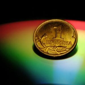 В связи с набирающей обороты девальвацией рубля россияне теряют доверие к родной валюте. С октября прошлого года рубль потерял 16% в глазах наших соотечественников. Кроме того, все больше наших сограждан говорят о том, что девальвация непосредственно коснулась их повседневной жизни.