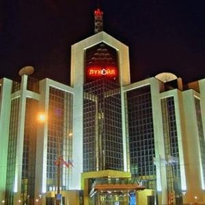 ЛУКОЙЛ привлек кредит Газпромбанка в размере 1 миллиард евро, сообщила пресс-служба компании. Процентная ставка по кредиту фиксированная и составляет 8% годовых. Срок кредита - 3 года. Кредит привлечен на общекорпоративные цели.