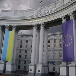 """Fitch Ratings понизило долгосрочные рейтинги дефолта эмитента (""""РДЭ"""") Украины в иностранной и национальной валюте с уровня """"B+"""" до """"B"""". Это отражает увеличившийся риск банковского и валютного кризиса в Украине из-за усиления воздействия стрессовых факторов на финансовую систему."""