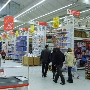 """""""Ашан"""" заплатит 20 тысяч рублей в качестве штрафа за 140 килограмм опасных для здоровья продуктов, изъятых из гипермаркета на Красносельской улице в конце прошлой недели."""