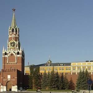 До 1 марта должно быть принято решение о сокращении штата администрации Кремля не менее чем на 100 человек. При этом прием новых сотрудников будет остановлен. Стоит отметить, на сегодняший день центральный аппарат администрации президента состиит примерно из полутора тысяч человек.
