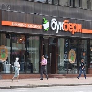 """Сеть книжных магазинов """"Букбери"""", подконтрольная Олегу Дерипаске, оказалась на грани банкротства, судебные приставы арестовали часть ее товара по требованию книжного издательства АСТ."""