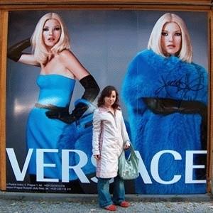Versace, одна из наиболее известных компаний в индустрии моды, несмотря на глобальный экономический спад увеличила выручку за 2008 год на 8,2% - до 336 млн евро.