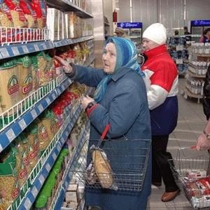 Дефицита сахара в Москве нет и не будет, заверили городские власти. За остальными продуктами они также следят. Тем не менее, москвичей призвали в случае исчезновения каких-то товаров с прилавков магазинов или завышенной цены на них сообщать об этом в департамент потребрынка.