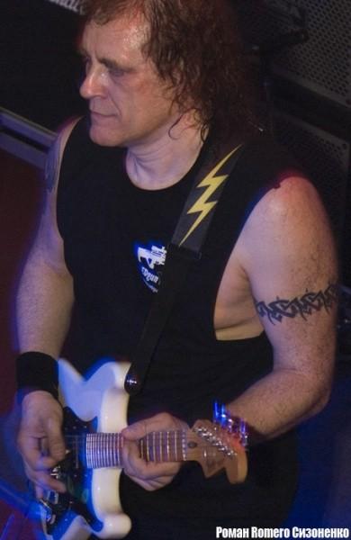 Гитарист Владимир Холстинин