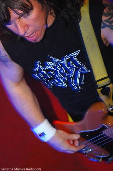 Бас-гитарист Виталий Дубинин