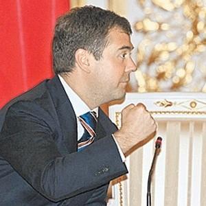 ВЦИОМ, основываясь на результатах опроса, составил портрет Дмитрия Медведева в глазах россиян. Наши соотечественники ценят такие его качества, как ум и интеллект, профессионализм, активность и уравновешенность. Тем не менее, 9% наших соотечественников считают, что Медведев оторван от народа и неспособен понимать его нужды.